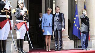 Le nouveau couple présidentiel pose pour les photographes sur le perron de l'Elysée. (STEPHANE DE SAKUTIN / AFP)