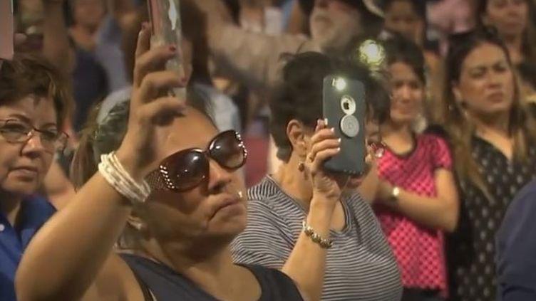 Des Américains se reccueillent près du lieu de la fusillade d'El Paso, dimanche 4 août. (FRANCE 3)