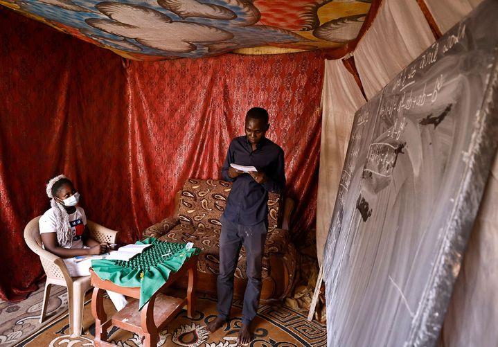Neldjibaye Madjissem, professeur d'école donne un cours privé dans samaison à N'Djamena, le 26 avril 2021. (REUTERS/ZOHRA BENSEMRA)