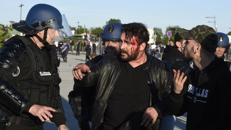 Des scènes de violences ont eu lieu aux abords et dans le Parc OL, en marge de Lyon-Besiktas (PHILIPPE DESMAZES / AFP)
