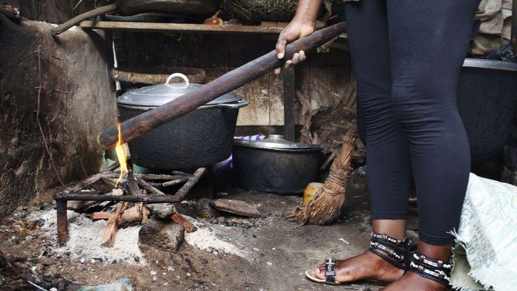 Une victime du «repassage de seins», Julie Ndjessa, tient à titre d'exemple un bout de bois utilisé habituellement pour brûler les seins des jeunes filles (REUTERS / JOE PENNEY)