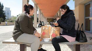 Deux étudiantes prennent un repas à 1 euro à l'université d'Aix-Marseille (Bouches-du-Rhône), le24 mars 2021. (MAXPPP)