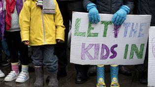 Des enfants se rassemblement avec leurs parents devant le 10 Downing Street afin de déposer une pétition visant à accueillir les enfants migrants au Royaume-Uni, le 11 février 2017.  (JUSTIN TALLIS / AFP)
