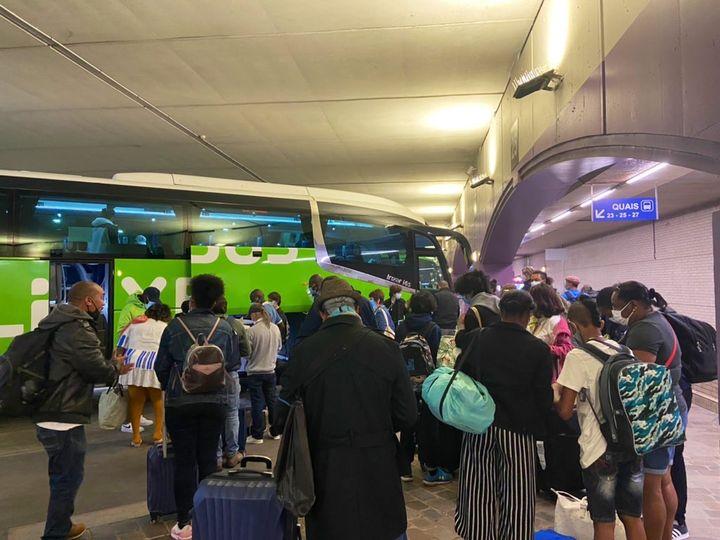 Des passagers attendent de monter dans un car longue distance, le temps des vérifications du pass sanitaire, le 9 août 2021 à la gare de Bercy, à Paris. (RACHEL RODRIGUES / FRANCEINFO)