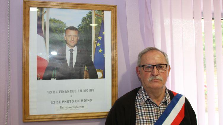 """Le maire de Grand-Failly (Meurthe-et-Moselle) devant le portrait """"réduit"""" de Macron en octobre 2017. (JEAN-CLAUDE EMMENDOERFFER)"""