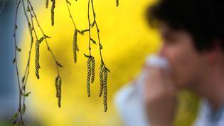Un jeune homme dont le nez est pris par le pollen, àBad Woerishofen (Allemagne), le 14 avril 2018. (KARL-JOSEF HILDENBRAND / DPA)