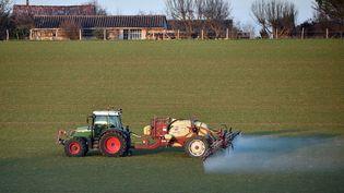 Un agriculteur traite son champ avec des produits chimiques, en décembre 2016 près de Trébons-sur-la-Grasse (Haute-Garonne). (REMY GABALDA / AFP)