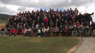 C'est une photo souvenir pas comme les autres. Tous les habitants d'un village des Vosges ont pris la pose ensemble ce week-end. Ce n'est pas la première fois. Ils l'avaient déjà fait il y a 20 ans. (France 3)