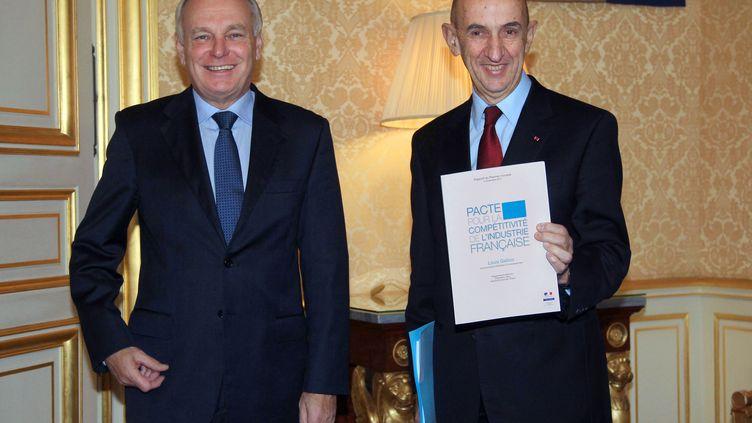 Jean-Marc Ayrault (à gauche) et Louis Gallois, le 5 novembre 2012 à Matignon, pour la remise du Pacte pour la compétitivité de l'industrie française. (PIERRE VERDY / AFP)