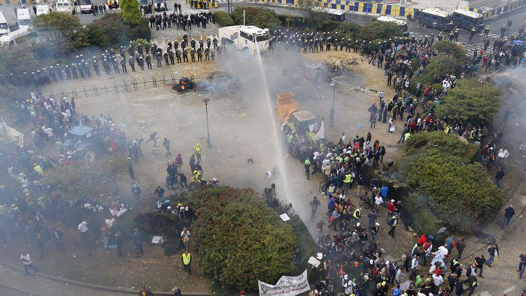 Vue générale du quartier Robert Schumann à Bruxelles - celui des institutions européennes- pendant les clashes entre la police anti-émeutes belges et les agriculteurs. (YVES HERMAN / REUTERS )