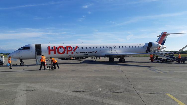 Avion Bombardier de la compagnie aérienne Hop-Air France à l'aéroport de Pau (Pyrénées-Atlantiques). (MATHIAS KERN / FRANCE-BLEU BÉARN)