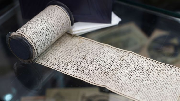 """Manuscript original """"Les Cent Vingt journées de Sodome"""" du marquis de Sade, en 2017 lors d'une vente aux enchères. Il était alors propriétéde l'homme d'affaires Gérard Lhéritier, à l'origine de la société Aristophil, visée par une enquête pour escroquerie. (THIBAULT CAMUS/AP/SIPA / AP)"""