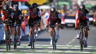 La formation BMC passe la ligne d'arrivée du contre-la-montre par équipes à Cholet (Maine-et-Loire), lors de la 3e étape de la 105e édition du Tour de France, le 9 juillet 2018. (DAVID STOCKMAN / BELGA MAG)
