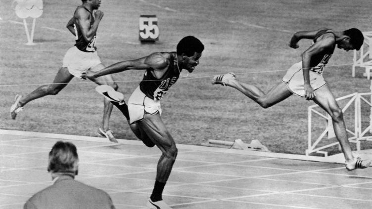 Lee Evans franchit la ligne d'arrivée en premier, lors de la finale des Jeux olymiques de Mexico en 1968. (AFP)