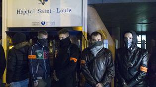 Des policiers manifestent devant l'hôpital Saint-Louis à Paris, le 19 octobre 2016, où est pris en charge leur collègue grièvement blessé. (GEOFFROY VAN DER HASSELT / AFP)