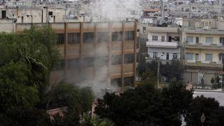 De la fumée s'échappe depuis un bâtiment de la ville de Homs le 11 janvier 2012, après une attaque à la roquette. (JOSEPH EID / AFP)