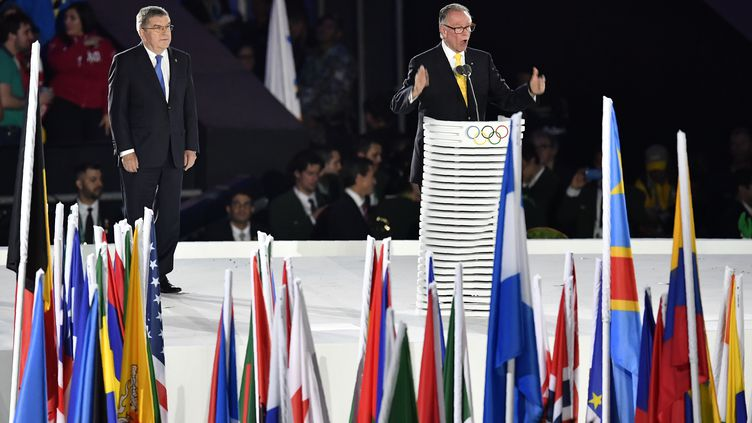 Le président du CIO Thomas Bach écoute le président du Comité olympique et paralympiques de Rio 2016 Carlos Arthur Nuzman (FABRICE COFFRINI / AFP)