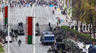 Un cordon militaire s'oppose à plusieurs manifestants réunis à Minsk (Biélorussie), le 25 octobre 2020. (AFP)