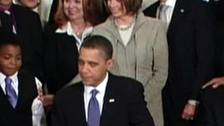 Barack Obama en train de signer le texte sur la réforme de l'assurance maladie (France 2)