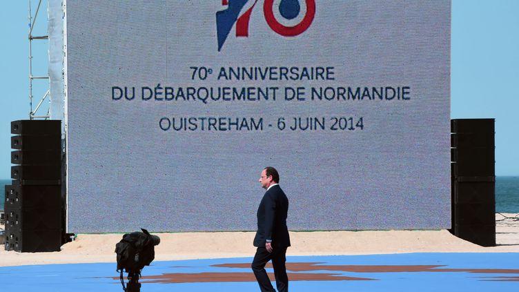 François Hollande arrive sur l'estrade à Ouistreham pour un discours le 6 juin 2014 (DAMIEN MEYER / AFP)