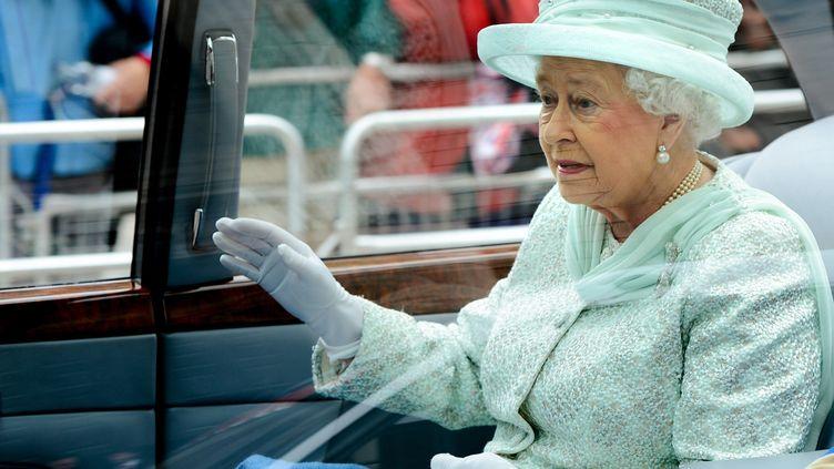 Elizabeth II quitte la cathédrale St Paul's de Londres le 5 juin 2012 pour le déjeuner des 700 convives à Westminster. (IAN GAVAN / POOL)