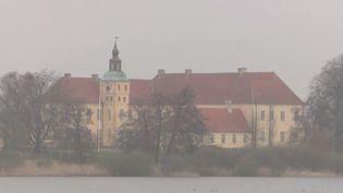 Au Danemark, la moitié des prisons sont ouvertes. Les détenus ont leur clef. Ils ont été condamnés à moins de5ans ou arrivent à la fin de leur peine. Il n'y a quequatreàcinqévasions par an. (FRANCE 3)