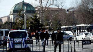 La police bloque l'accès à la Mosquée bleue, après une explosion dans le quartier touristique d'Istanbul (Turquie), le 12 janvier 2016. (OZAN KOSE / AFP)