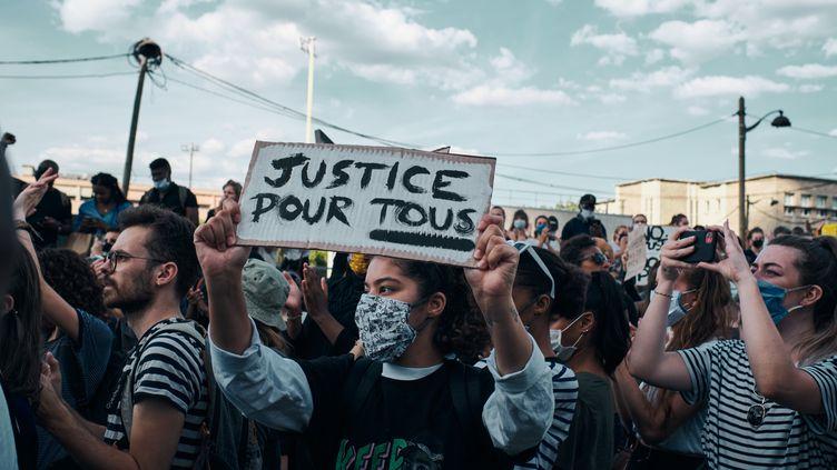 """Rassemblement pour dénoncer les violences policieres au tribunal de grande instance de Paris organisé par le collectif """"justice pour Adama"""" (Traoré), le 2 juin 2006. (BENO?T DURAND / HANS LUCAS)"""