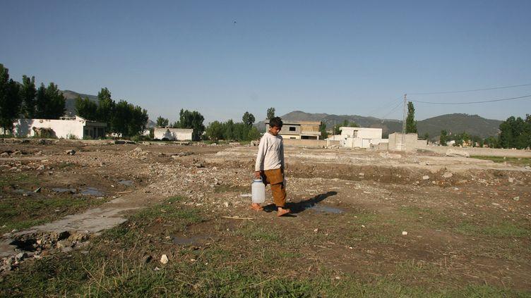 Un garçon pakistanais, le 2 mai 2012 àAbbottabad (Pakistan), où Oussama Ben Laden a été tué un an auparavant. (SAJJAD QAYYUM / AFP)