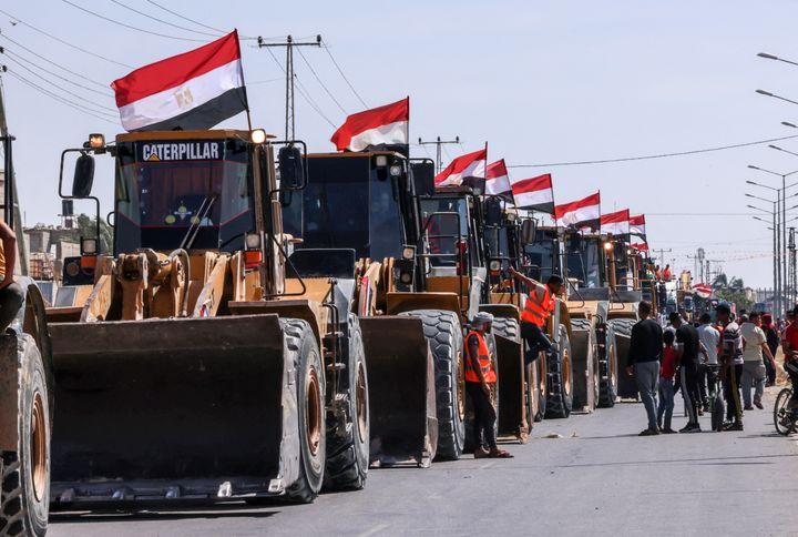 Le 4 juin, un convoi de bulldozers égyptiens est arrivé au poste-frontière de Rafah, pour aider les palestiniens à reconstruire la bande de Gaza. (SAID KHATIB / AFP)