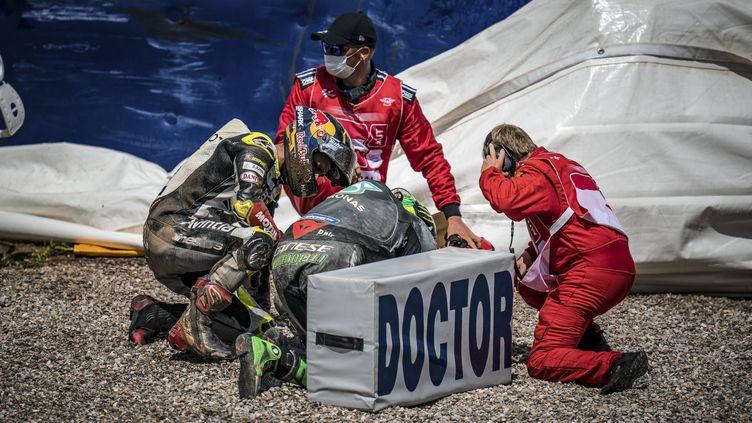 Johann Zarco (à gauche) et Franco Morbidelli après leur accident (GIGI SOLDANO / DPPI MEDIA)