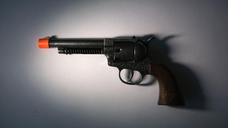 Certaines de ces armes factices sont en plastique et en bois et fonctionnent à air comprimé, selon les autorités. (JOHN MOORE / GETTY IMAGES NORTH AMERICA / AFP)