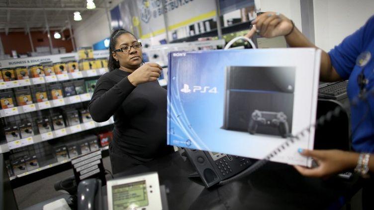 Vente d'une PS4 Sony dans un magasin de Pembroke Pines, en Floride, le 15 novembre 2013. (JOE RAEDLE / GETTY IMAGES / AFP)