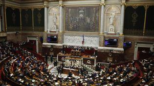 Vue générale de l'Hémicycle lors des questions au gouvernement, à l'Assemblée nationale, à Paris, le 19 décembre 2017. (PATRICK KOVARIK / AFP)