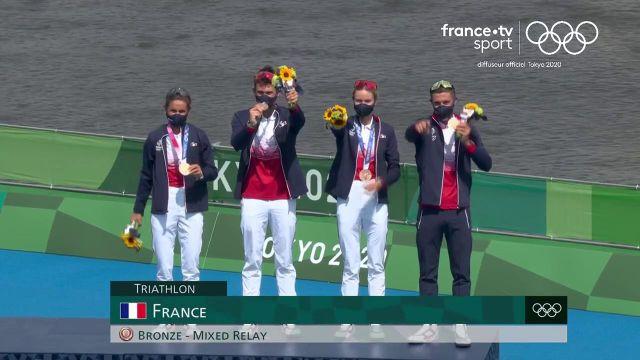 Tony Estanguet remet les médailles de bronze aux triathlètes français.Quel grand moment pour cette équipe de France, pour la première fois de son histoire sur un podium olympique