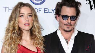 Les acteurs Amber Heard et Johnny Depp posent ensemble, le 9 janvier 2016, lors d'un gala à Culver City, en Californie (Etats-Unis). (RICH FURY / AP / SIPA)