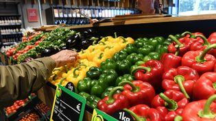 Rayon fruits et légumes d'une enseigne de la grande distribution. (DENIS CHARLET / AFP)