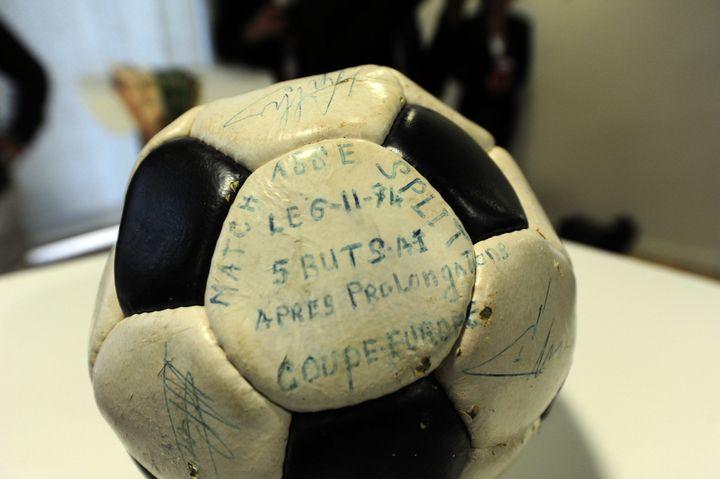 Le ballon du match retour des 8e de finale de la Coupe d'Europe Saint-Etienne-Split, exposé dans le musée des Verts, à Saint-Etienne (Loire), le 3 juillet 2013. (  MAXPPP)