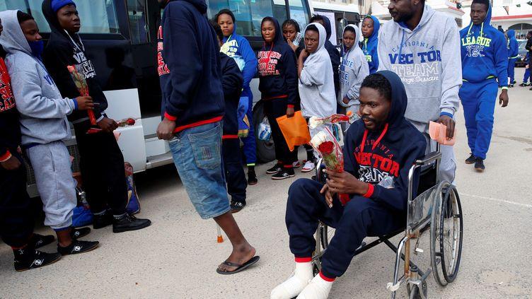 Des migrants volontaires pour retourner dans leur pays d'origine patientent dans un centre de détention à Tripoli, en Libye, le 28 novembre 2017. (ISMAIL ZETOUNI / REUTERS)