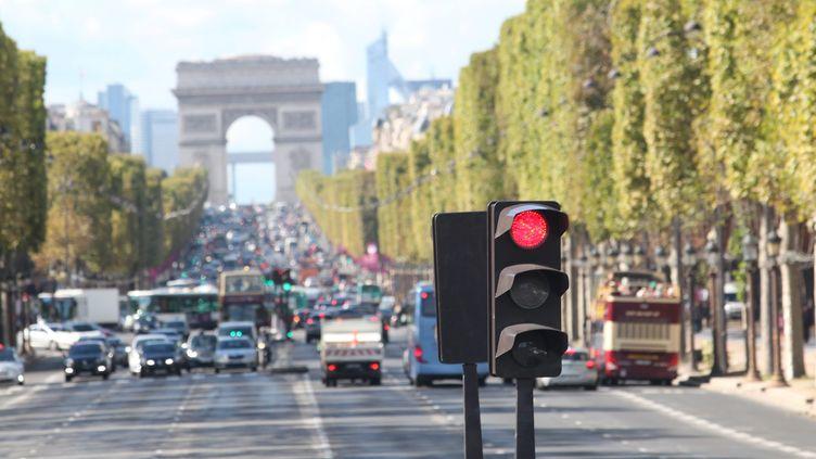 Un feu tricolore sur les Champs-Elysées à Paris, le 23 septembre 2015. (MAXPPP)