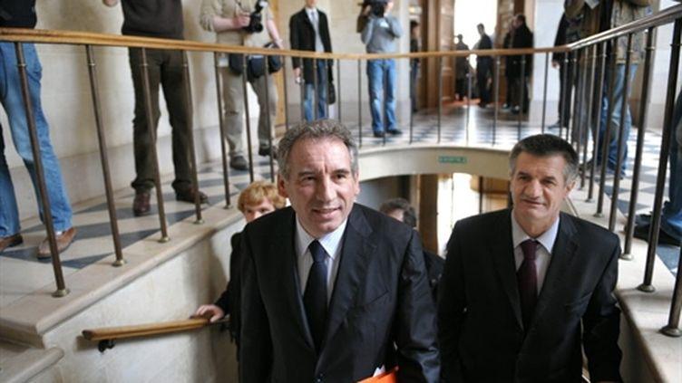 François Bayrou et le nouveau vice-président du Modem, Jean Lassalle, lors du conseil national du Modem le 27-3-2010 (AFP - BERTRAND LANGLOIS)
