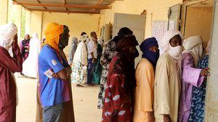 Législatives au Mali, le 29 mars2020 : des électeurs devant un bureau de vote à Gao dans le nord du Mali. (Souleymane Ag Anara / AFP)