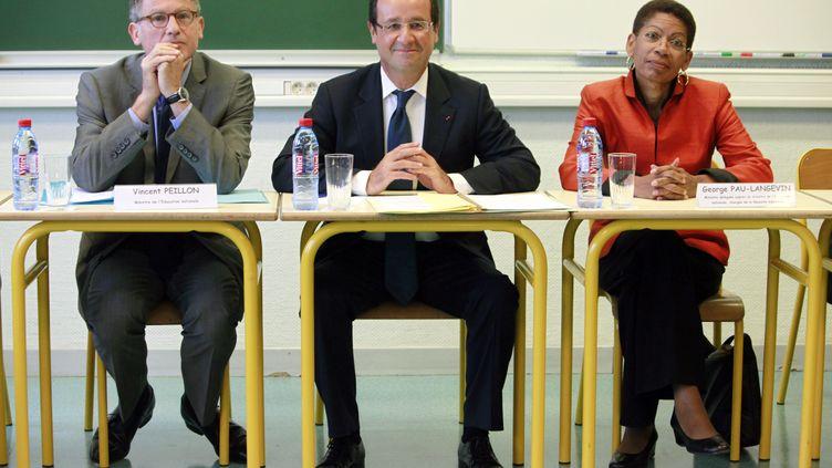 François Hollande (au centre) encadré par Vincent Peillon (Education nationale) et George Pau-Langevin (Réussite éducative), le 3 septembre 2012,lors d'un déplacement au collège Youri-Gagarine de Trappes (Yvelines). (THIBAULT CAMUS / POOL)