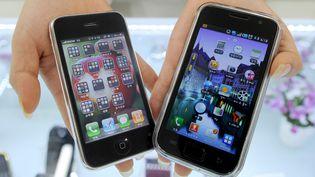 Un smartphone iPhone 3G d'Apple (à gauche) et un smartphone Samsung Galaxy S pris en photo à Séoul (Corée du Sud), le 27 juillet 2010. (PARK JI-HWAN / AFP)