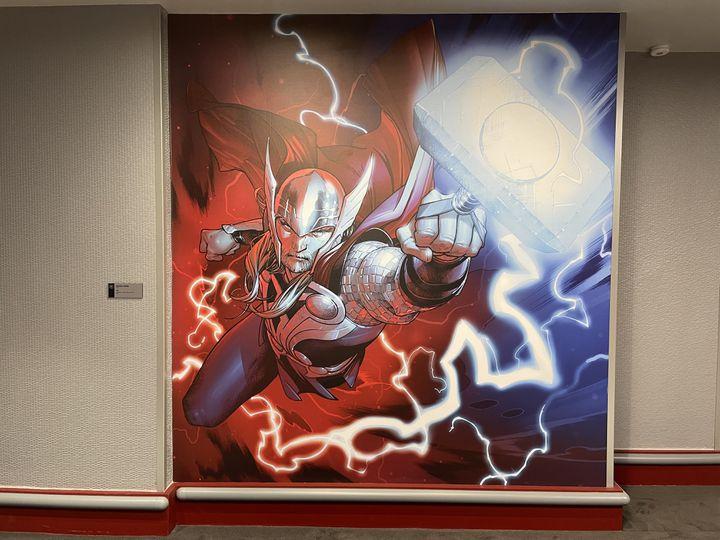"""Chaque étage du bâtiment est placé sous le signe d'un des principaux héros Marvel et propose une oeuvre originale d'un artiste. Ici, le """"Thor"""" designé par le Français Olivier Coipel. (Anthony Jammot)"""