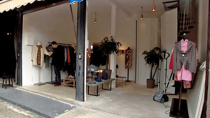 La boutique vintage de Maxime de Laurentis est située dans le marché Paul Bert Serpette des puces de Saint-Ouen  (France 3 / Culturebox)
