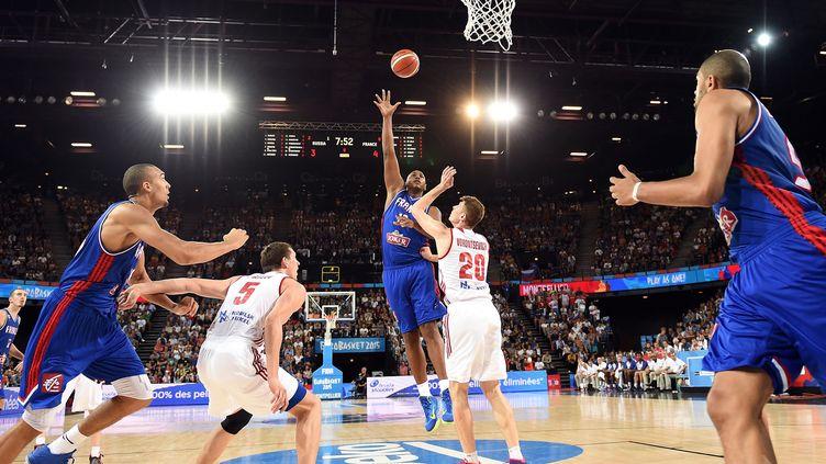 Le Français Boris Diaw à la lutte pour inscrire un panier face aux Russes, mercredi 9 septembre 2015 à Montpellier (Hérault), lors de l'Eurobasket. (PASCAL GUYOT / AFP)