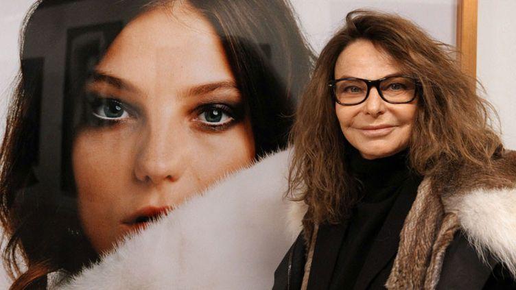 Bettina Rheims devant un de ses portraits à la MEP (2 février 2016)  (Ginies / SIPA)