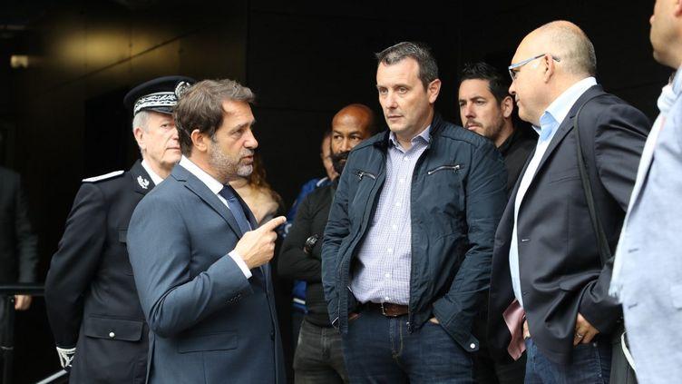 Le ministre de l'Intérier Christophe Castaner parle avec le secrétaire général du syndicat policier Alliance,Fabien Vanhemelryck, lors d'une visite consacrée aux rapports entre police et population,à Evry (Essonne), le 9 juin 2020. (LUDOVIC MARIN / AFP)