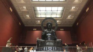 Le grand Bouddha trône dans une des plus belles salles du musée Cernuschi à Paris. (Manon Botticelli - Franceinfo Culture)
